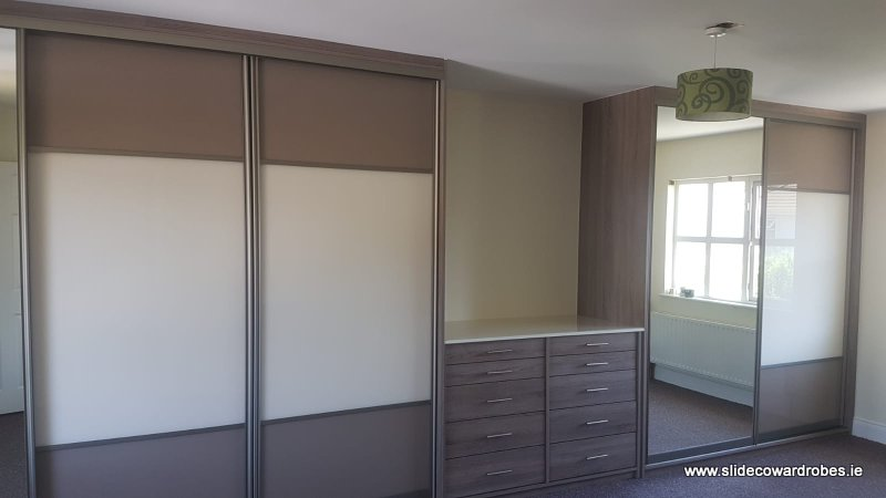 Sliding wardrobes and chest of drawers